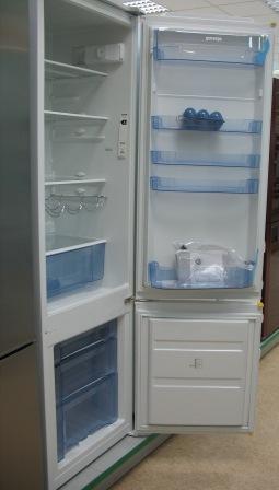 самый узкий холодильник Gorenje RK-41295 W в прихожей